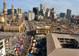 epa00988227 A view of central Lagos, the commercial capital of Nigeria, 20 April 2007, the day before the presidential elections. Nigerians head to the polls 21 April 2007 to vote for a new president in the most populous country in Africa. Incidents of violence across the country have occured since last weeks state elections and tensions are high heading into the presidential elections.  EPA/ANDREW ESIEBO